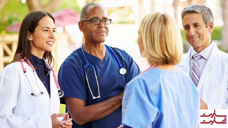 گروهی از پزشکان در حال گفتگو